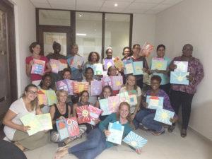 Deelnemers tonen een opdracht van de KiK opleiding Curacao