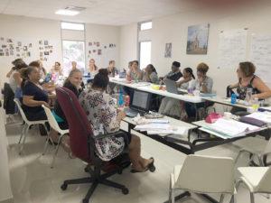 Les in klaslokaal met deelnemers van KiK opleiding op Curacao