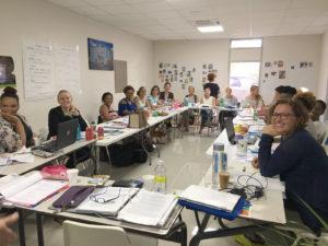 Leerlingen cursisten tijdens een les van Kind in Kracht opleiding op Curacao