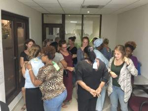 Deelnemers voeren een opdracht uit tijdens de KiK opleiding Curacao