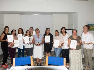 Deelnemers KiK Opleiding Curacao tonen hun behaalde erkende kindercoach diploma