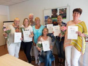 Deelnemers KiK Opleiding Nederland tonen hun behaalde erkende kindercoach diploma