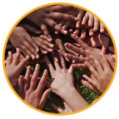KiK opleiding; handen van kinderen allemaal bij elkaar, een teken van kracht en verbinding
