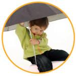 kind zittend onder een paraplu, dit kind staat centraal bij kik opleiding
