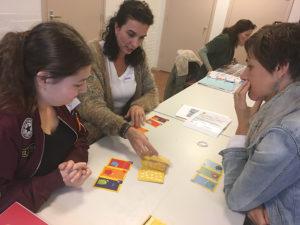 Deelnemers spelen spel voor kinderen tijdens les KiK opleiding Nederland