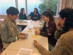 In groepjes werken de deelnemers tijdens een les van KiK opleiding Nederland