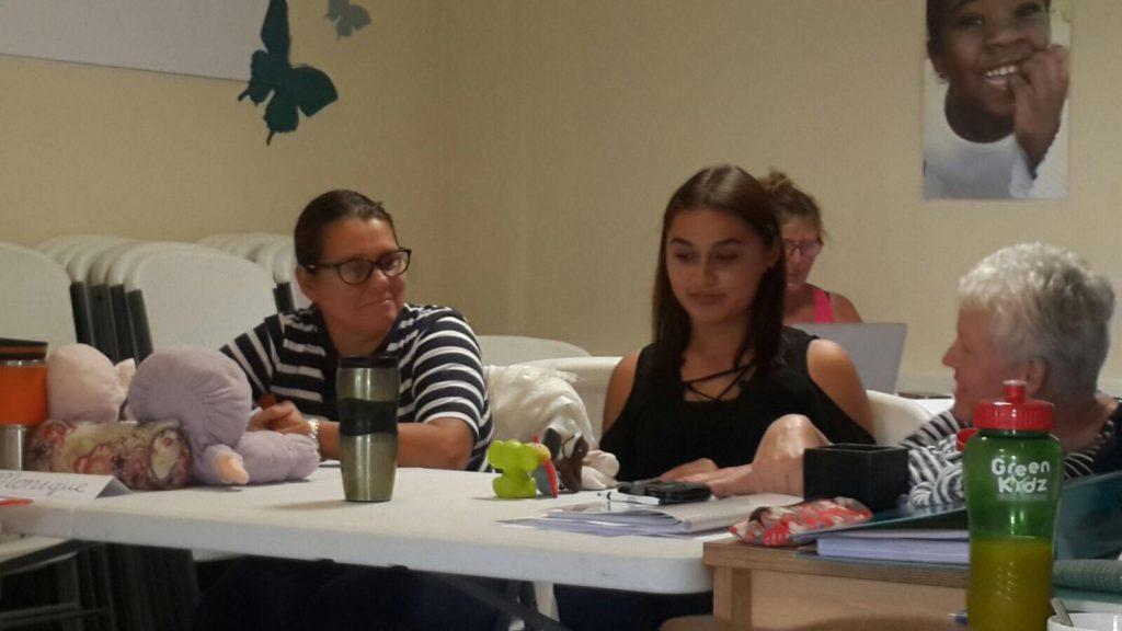 Margrete Stoute geeft les aan deelnemers van KIK opleiding Curacao