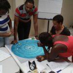 deelnemers KIK opleiding Curacao volgen een opdracht
