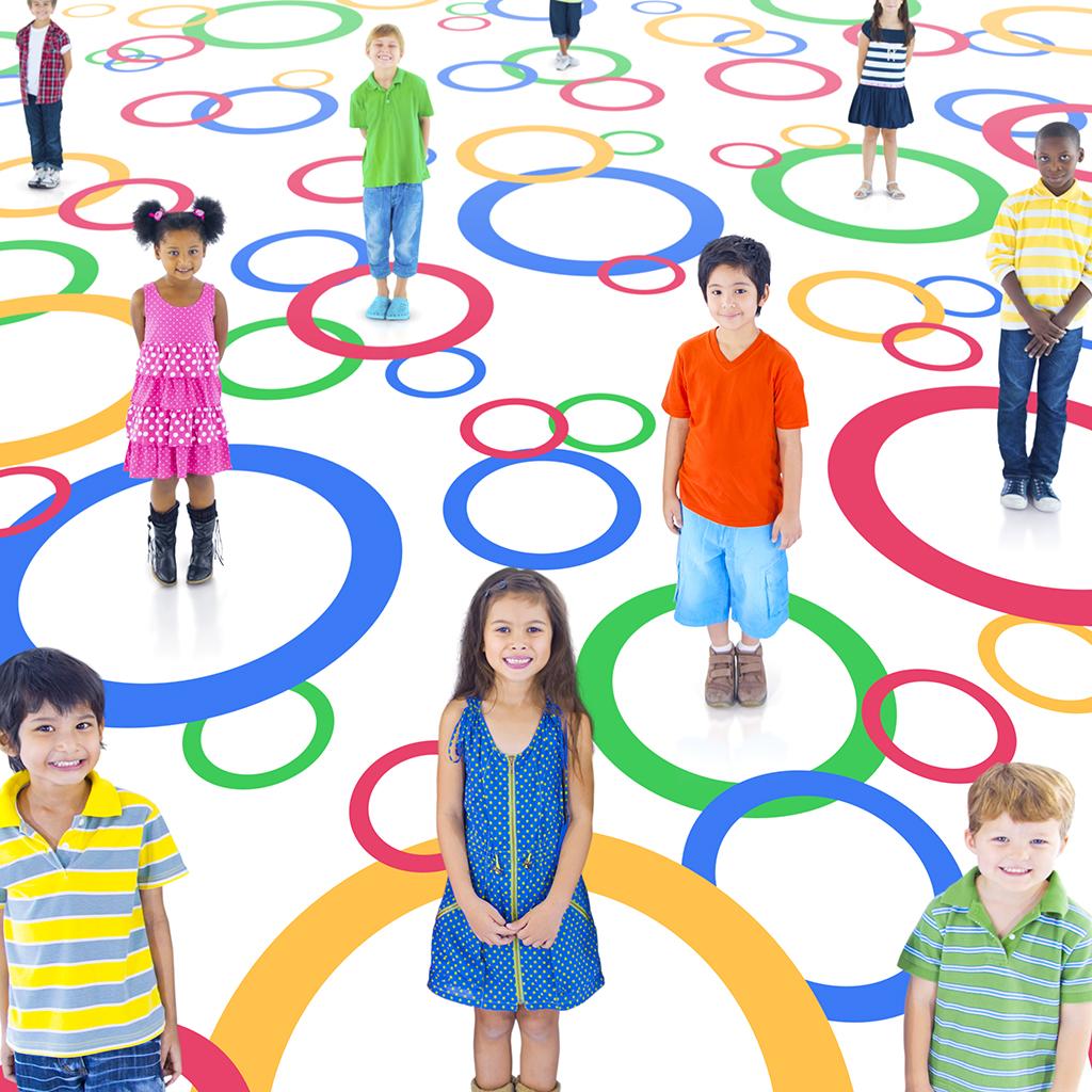 kinderen; jongens en meisjes staan in gekleurde cirkels
