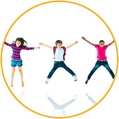 groepje kinderen springen van blijdschap