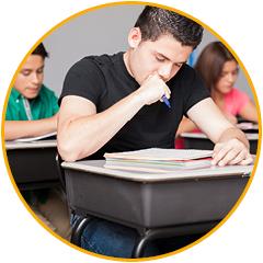 pubers in de schoolbanken tijdens een schoolles