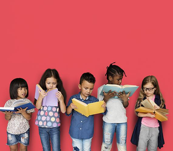 vijf kinderen lezen staand een boek