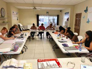 deelnemers KIK Opleiding Curacao 2019 werken klassikaal aan een opdracht