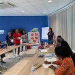 deelnemers geven een presentatie tijdens de KIK Opleiding Aruba