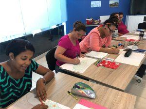groep deelnemers aruba 2019 werkt klassikaal aan opdrachten tijdens de KIK Opleiding Aruba